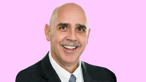Ausgeschnittenes Portrait von Tom Volkert (Linke) auf einer pinkfarbenen Fläche.