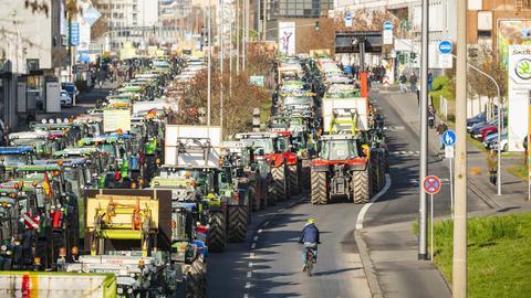Landwirte blockieren mit ihren Traktoren die Mainzer Straße in Wiesbaden.