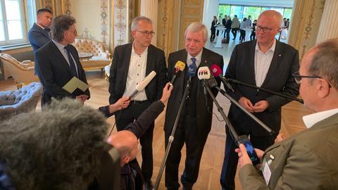 Ministerpräsident Volker Bouffier (mi.), Finanzminister Thomas Schäfer (re., beide CDU) und Wirtschaftsminister Tarek Al-Wazir (Grüne)