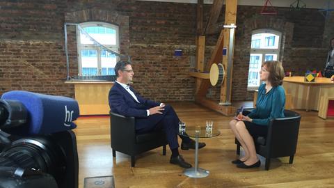 Thorsten Schäfer-Gübel im Gespräch mit Ute Wellstein, der Leiterin des hr-Fernsehstudios im Landtag.