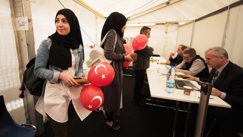 Türkische Frauen beim Referendum in Frankfurt