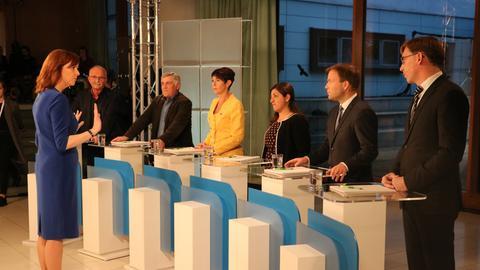 Moderatorin Ute Wellstein mit den Kandidaten bei der TV-Debatte zur Europawahl (von links): Udo Bullmann (SPD), Martin Häusling (Grüne), Christine Anderson (AfD), Özlem Alev Demirel (Linke), Sven Simon (CDU), Thorsten Lieb (FDP)