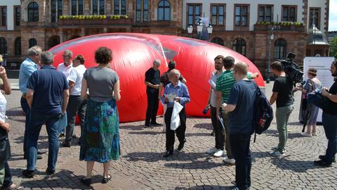 Zelt zur Info-Kampagne Verfassungsreform