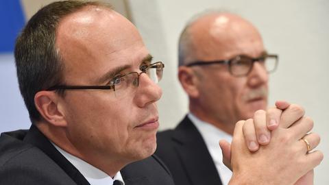 Innenminister Peter Beuth (CDU,l.) und Landesverfassungsschutzpräsident Robert Schäfer