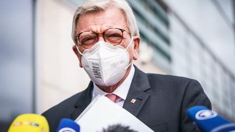 """Volker Bouffier trägt eine FFP2-Maske mit der Aufschrift """"Hessen"""" und dessen Wappen."""