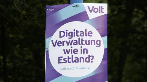 """Auf einem Plakat von Volt steht """"Digitale Verwaltung wie in Estland?"""""""