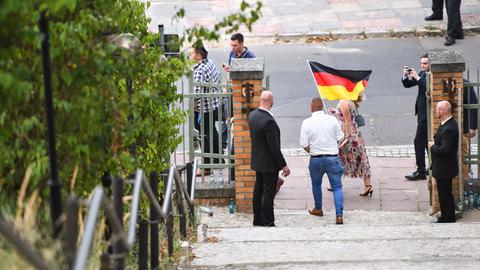Anhänger der AfD kommen mit einer Deutschlandfahne zur Wahlparty der Partei in Brandenburg.