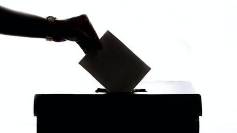 Ein Wähler wirft seinen Stimmzettel in eine Urne.