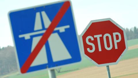 """Ein """"Autobahn Ende""""-Schild steht bei Neuental: Seit Jahren wird im Schwalm-Eder-Kreis über den Weiterbau der A49 gestritten."""