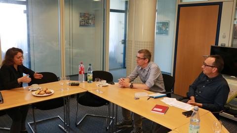 Mariana Harder-Kühnel (l.) im Gespräch mit Frank van Bebber und Wolfgang Türk