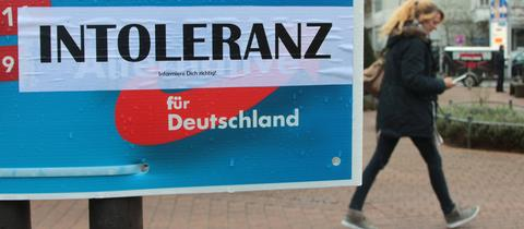 Aus Protest überklebtes AfD-Plakat in Hofheim (Taunus)