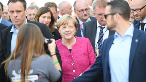 Bundeskanzlerin Merkel mit CDU-Generalsekretär  Tauber (r.) und dem Bundestagsabgeordneten Meister (4.v.r.) beim Wahlkampf in Heppenheim