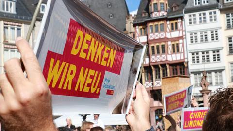 FDP-Banner bei einer Wahlkampfveranstaltung in Frankfurt.