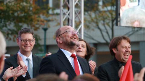 SPD-Kanzlerkandidat Martin Schulz (Mitte), neben ihm SPD-Landeschef Thorsten Schäfer-Gümbel (l.) und die örtlichen Kandidaten Christel Sprößler und Jens Zimmermann.