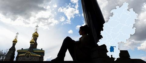Nachdenklich - eine Studentin sitzt auf der Mathildenhöhe in Darmstadt