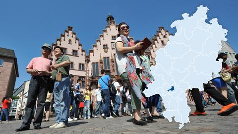 Viele Touristen besuchen den beliebten Römerberg in der Frankfurter Innenstadt.