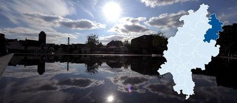 Die Sonne spiegelt sich in einem Brunnen im Schilde-Park im osthessischen Bad Hersfeld.