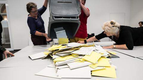 Auszählen der Stimmzettel in Wiesbaden