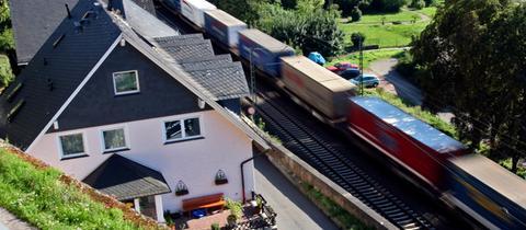 Ein Güterzug bei Assmanshausen: Im Rheintal leiden die Anwohner unter Bahnlärm