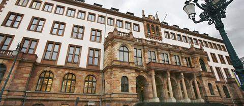 Blick aufs Rathaus in Wiesbaden.