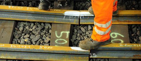 Bauarbeiter auf Schienen: Demnächst soll mit dem Bau der Nordmainischen S-Bahn begonnen werden.