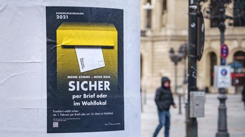 Das Bild zeigt eine Säule in Frankfurt, an der eine Aufforderung zur Wahl angebracht ist.