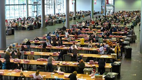 Foto der Auszählung der Stimmen zur Kommunalwahl in Messe Frankfurt.