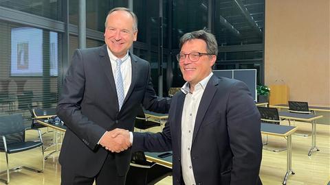 Wiedergewählt: Landrat Oliver Quilling (CDU, l.) und der unterlegene Herausforderer Carsten Müller (SPD)