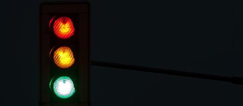 Eine Ampel mit rotem, gelben und grünen Licht.