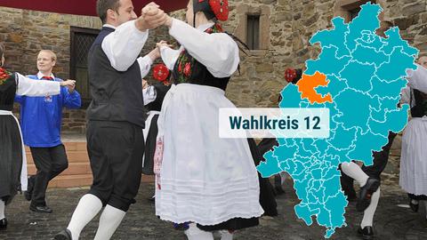 Tanz in alten Trachten ind der Region Marburg-Biedenkopf.