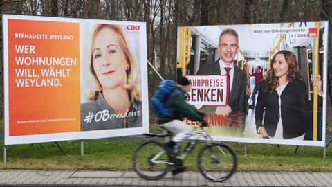 Großplakate der OB-Kandidatin Weyland (CDU, l.), und des Amtsinhabers Feldmann (SPD) in Frankfurt.