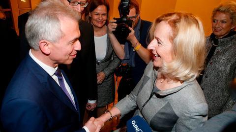 Bernadette Weyland (CDU) beim Händedruck mit Martin Feldmann (SPD)