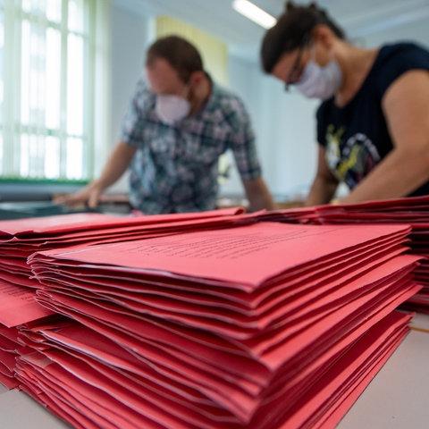 Wahlhelfende zählen Stimmen aus