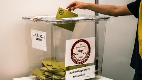 Wahlurne im türkischen Generalkonsulat in Frankfurt