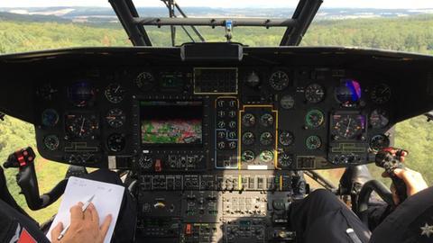 Blick aus dem Cockpit eines Feuerwehrhubschraubers