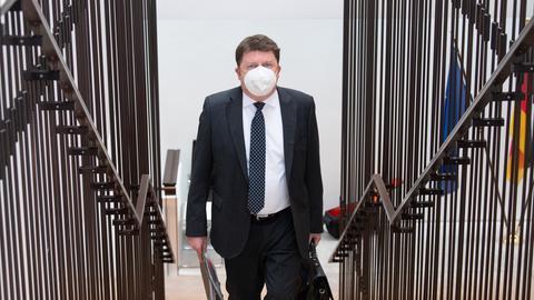 Der SPD-Abgeordnete Marius Weiß kommt zur konstituierenden Sitzung des Hanau-Untersuchungsausschusses in den Landtag. Er steigt die Treppen hinauf, rechts und links sind die Treppengeländer zu sehen.