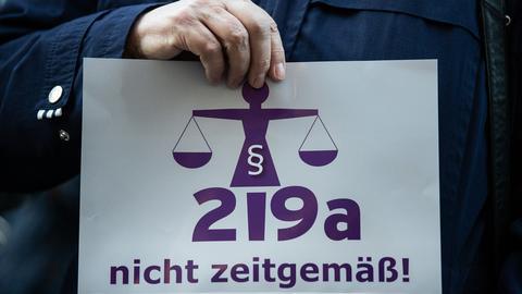 """Schild mit einer Waage und dem Schriftzug """"219a nicht zeitgemäß!"""""""