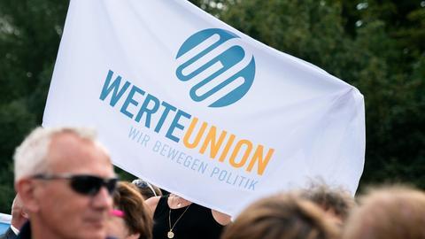 Fahne der Werteunion bei einer Demonstration.