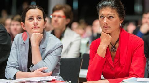 Janine Wissler und Sahra Wagenknecht bei einem Parteitag 2014