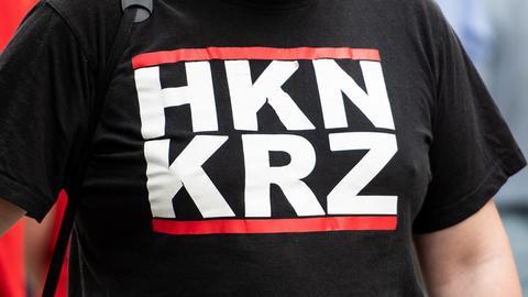 """Teilnehmer einer rechtsextremen Demo mit """"Hakenkreuz""""-T-Shirt"""