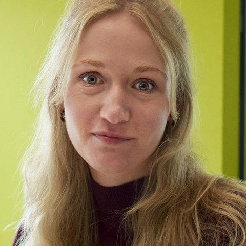 Portrait von Sophia Averesch - aufgenommen in den Redaktionsräumen.
