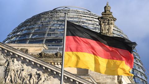 Blick auf die Kuppel des Reichstags, dem Sitz des Deutschen Bundestages.