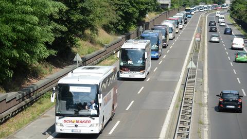 Reisebusse auf der Autobahn