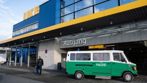 Polizei vor dem Ikea-Möbelhaus in Frankfurt-Nieder-Eschbach