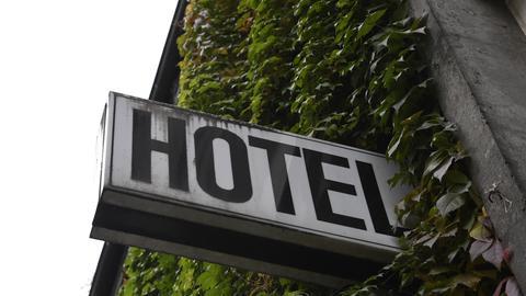 Ein Schild mit der Aufschrift Hotel vor Efeu