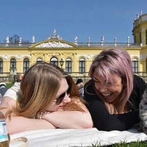 Sonnenbaden - wie vor der Orangerie in Kassel - bleibt zu zweit erlaubt.