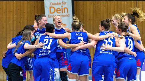 Die Basketballerinnen des BC Marburg feiern den Einzug ins Halbfinale.