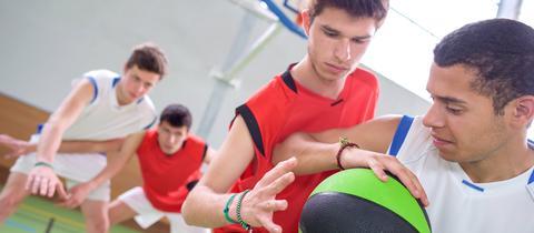Jugendliche beim Basketball