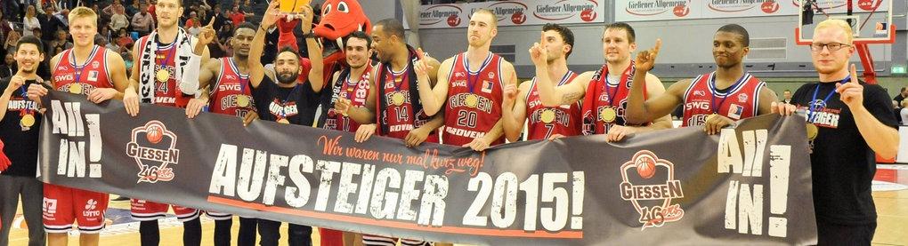 Spieler der Gießen 46ers halten ein Aufstieg-Plakat hoch