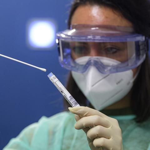 Eine Ärztin macht einen Coronatest